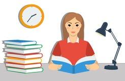 Giovane studentessa marrone dei capelli che legge un libro Fotografia Stock Libera da Diritti