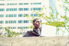 Giovane studio afroamericano dello studente di college, lavorante al lapt Fotografia Stock