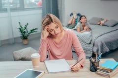 Giovane studio annoiato della donna fotografie stock
