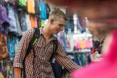 Giovane su acquisto che sceglie i vestiti, vendita al dettaglio di Guy Buyer Happy Smiling In Fotografie Stock Libere da Diritti