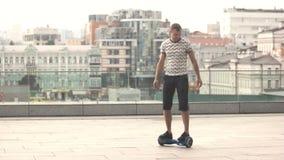 Giovane su gyroscooter video d archivio