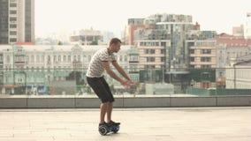 Giovane su un hoverboard archivi video