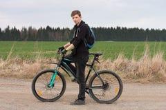 Giovane sul mountain bike sul viaggio della molla Immagine Stock Libera da Diritti