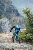 Giovane sulla bici di montagna Fotografia Stock