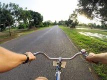 Giovane sulla bicicletta fotografie stock