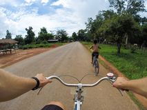 Giovane sulla bicicletta sotto la pioggia fotografia stock libera da diritti