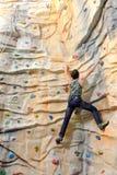 Giovane sulla parete della roccia Fotografia Stock Libera da Diritti
