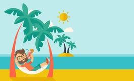 Giovane sulla spiaggia del Th che si rilassa e che beve Fotografia Stock Libera da Diritti
