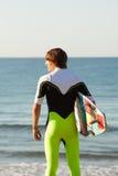 Giovane surfista circa da entrare nel mare Immagine Stock
