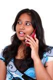 Giovane talkin asiatico della ragazza in telefono. Immagini Stock