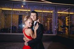 Giovane tango di dancing delle coppie all'aperto Immagini Stock
