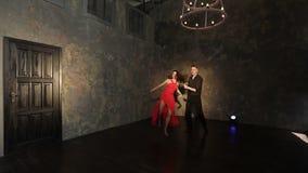 Giovane tango sexy di dancing delle coppie archivi video