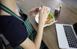 Giovane tazza asiatica della tenuta della donna di caff? nero fotografie stock libere da diritti