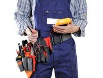 Giovane tecnico dell'elettricista in vestiti e strumenti del lavoro isolati immagini stock libere da diritti