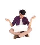 Giovane teenager asiatico con il computer portatile Immagini Stock Libere da Diritti