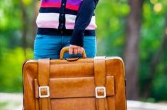 Giovane teenager girt con la valigia in un parco Fotografie Stock Libere da Diritti