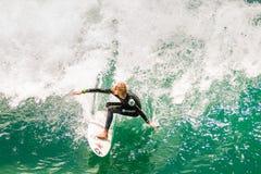 Giovane teenager maschio praticando il surfing una grande onda Fotografie Stock