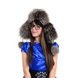Giovane teenager sorridente piacevole in cappello e vetri di pelliccia immagine stock libera da diritti