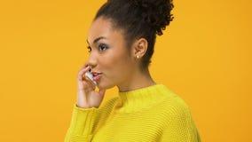 Giovane telefono di conversazione femminile felice che sembra eccitato, buone notizie, approvazione di successo archivi video