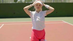 Giovane tennis biondo sveglio della donna archivi video