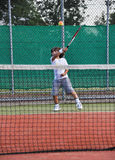 Giovane tennis del gioco del ragazzo Fotografia Stock