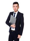 Giovane tenuta asiatica dell'uomo d'affari con il computer portatile Immagini Stock Libere da Diritti
