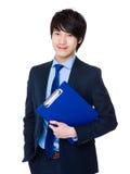 Giovane tenuta asiatica dell'uomo d'affari con il cuscinetto dell'archivio Immagini Stock Libere da Diritti