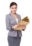 Giovane tenuta asiatica della donna di affari con la cartella Fotografia Stock Libera da Diritti