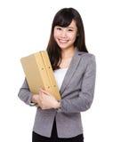 Giovane tenuta asiatica della donna di affari con la cartella Fotografia Stock