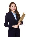 Giovane tenuta asiatica della donna di affari con la cartella Immagine Stock
