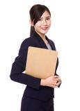 Giovane tenuta asiatica della donna di affari con la lavagna per appunti Fotografia Stock