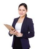 Giovane tenuta asiatica della donna di affari con la lavagna per appunti Immagini Stock