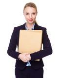 Giovane tenuta caucasica della donna di affari con la cartella Immagine Stock