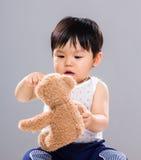 Giovane tenuta del figlio del bambino con l'orso della bambola fotografia stock