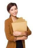Giovane tenuta della donna di affari con la cartella Fotografie Stock Libere da Diritti