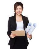 Giovane tenuta della donna di affari con la lavagna per appunti e la stampa blu Immagine Stock Libera da Diritti