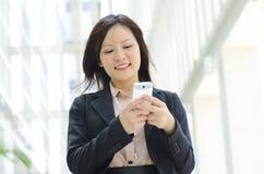 Giovane Texting esecutivo Fotografia Stock