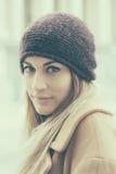 Giovane thoughtfull e donna sorridente sulla via fotografie stock