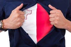Giovane tifoso che apre la sua camicia e che mostra alla bandiera il suo conteggio Fotografia Stock