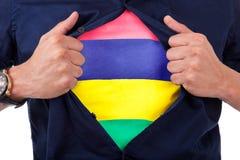 Giovane tifoso che apre la sua camicia e che mostra alla bandiera il suo conteggio Fotografie Stock