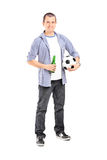 Giovane tifoso che tiene una birra Fotografie Stock Libere da Diritti