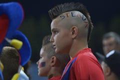 Giovane tifoso con taglio di capelli punk Immagine Stock