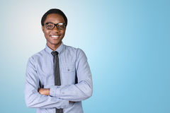 Giovane tipo africano con le sue armi attraversate Immagine Stock