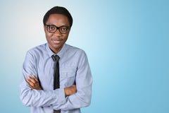 Giovane tipo africano con le sue armi attraversate Fotografie Stock