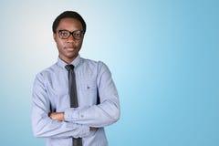Giovane tipo africano con le sue armi attraversate Immagine Stock Libera da Diritti