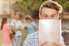 Giovane tipo bello che tiene un taccuino Fotografia Stock Libera da Diritti