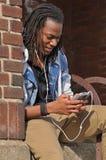 Giovane tipo che ascolta la musica Fotografia Stock Libera da Diritti