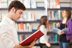 Giovane tipo che legge un libro fotografia stock