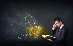 Giovane tipo che legge un libro magico Fotografia Stock Libera da Diritti