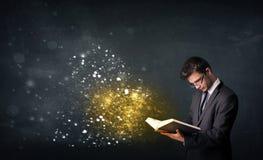 Giovane tipo che legge un libro magico Immagine Stock Libera da Diritti